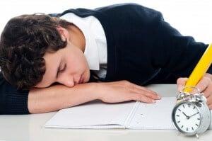 סטודנט מותש מכתיבת העבודה